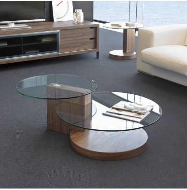 Mesa de centro de madera de nogal y cristal templado.
