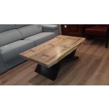 Mesa de centro moderna con tablero rústico de madera nogal macizo.
