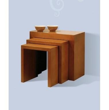 Conjunto de tres mesas nido modernas de madera.