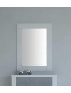 Espejo rectángular con marco de madera.