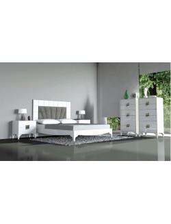Dormitorio de matrimonio lacado color blanco compuesto por cabecero tapizado, dos mesillas y un sinfonier.