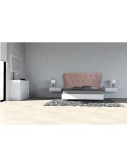 Dormitorio moderno compuesto por cabezal tapizado, dos mesillas para colgar y una comoda.