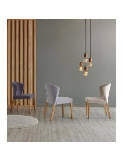 Silla tapizada en tela gris o beige y patas de madera de roble.