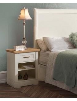 Dormitorio lacado blanco y madera de roble con cabecero para cama de 150 cm, dos mesillas, cómoda y espejo.