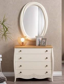 Mueble cómoda con cuatro cajones lacado blanco y tablero de madera de roble.