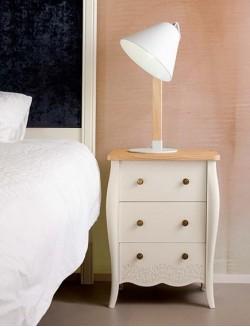 Mesilla de dormitorio con tres cajones lacada blanca y madera de roble.