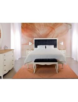 Dormitorio lacado blanco y madera de roble con cabecero de madera para cama de 150 cm, dos mesillas y cómoda.