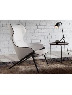 Sillón moderno tapizado con estructura de acero negro.