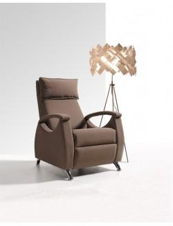 Sillón reclinable tapizado en tela o ecopiel con patas en cromo brillo.