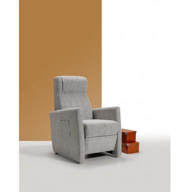 Sillón reclinable tapizado en tela o ecopiel con estructura en madera de pino y patas en cromo brillo.