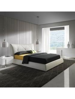 Conjunto de dormitorio moderno con cama tapizada en ecopiel blanca y mesillas lacadas en blanco con dos cajones.