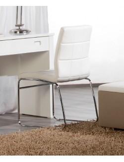 Silla tapizada en piel sintética en blanco o negro.