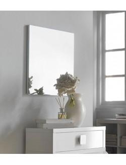 Espejo sin enmarcar sobre madera.