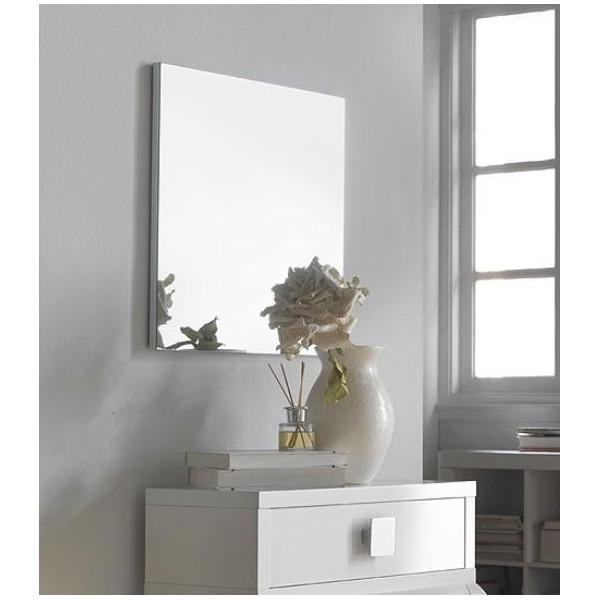 espejo sin enmarcar sobre madera